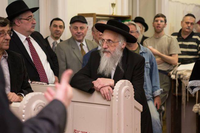 Baloldalt Varró Sándor az imaház elnöke, tőle jobbra Deblinger Eduárd a hitközség elnöke. Középen Aron Cvi Kestenbaum a hitközség saktere (Fotó: Mayer András)