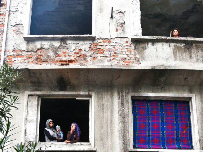 szíriai menekültek egy kiürített házban Isztambulban
