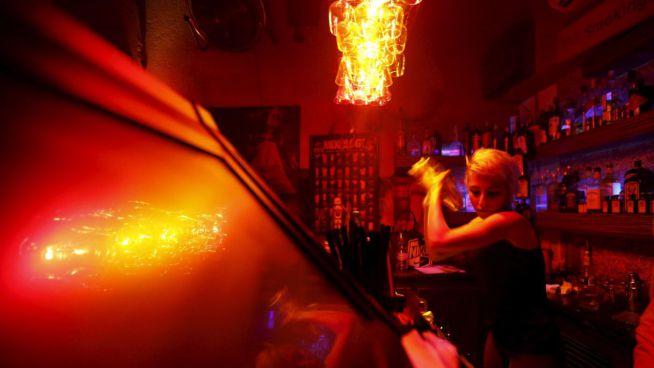 Dana koktélt készít a Red Barban