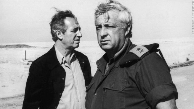 Peresz és Ariel Saron ellentétes irányba tekintenek