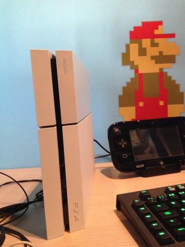 PS4 blanca en vertical
