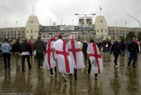 Hinchas ingleses de camino al estadio