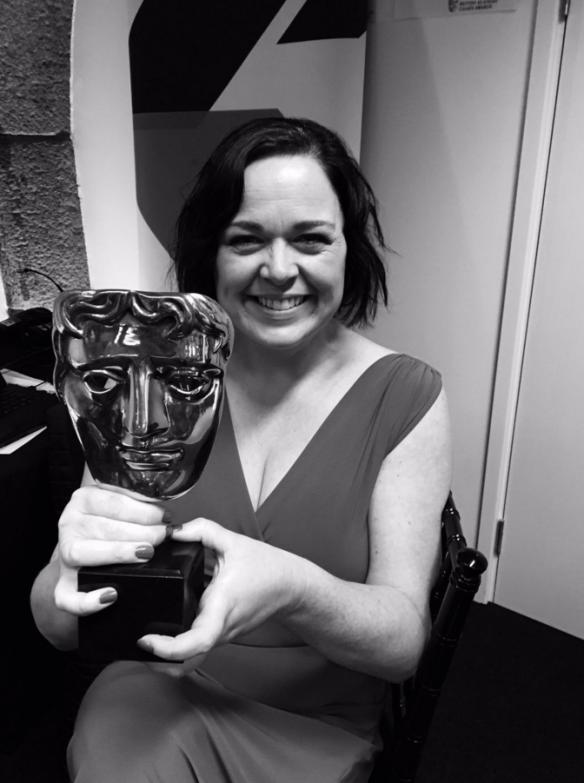 Jessica Curry con uno de los BAFTA