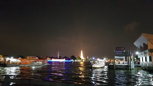 Lights up Wat Arun. #color #shape #watarun