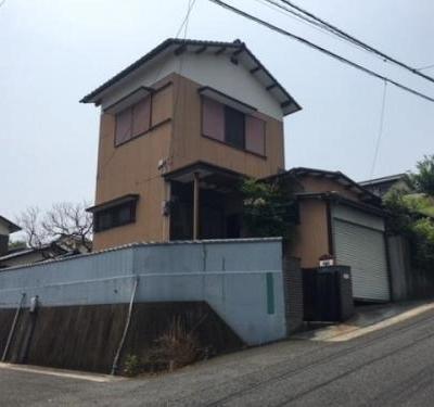【売買】630万円 福岡県中間市通谷3丁目 バス停近い 角地 車庫付きの2階建て