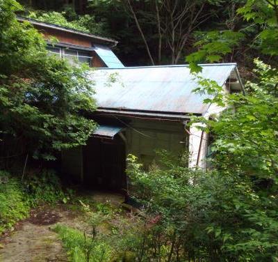 【売買】200万円 東京都西多摩郡奥多摩町境 山の中の沢沿いある庭付き2階建