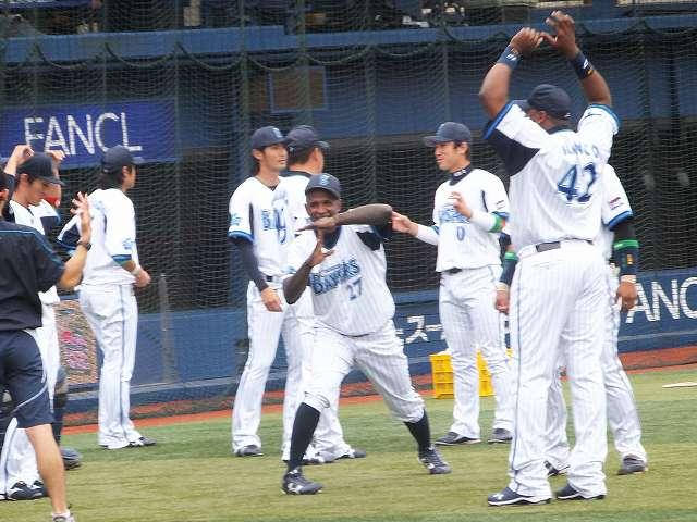 準備運動中おどけるモーガン:横浜スタジアム