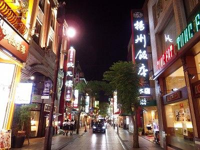 夜の横浜中華街のメインストリート風景