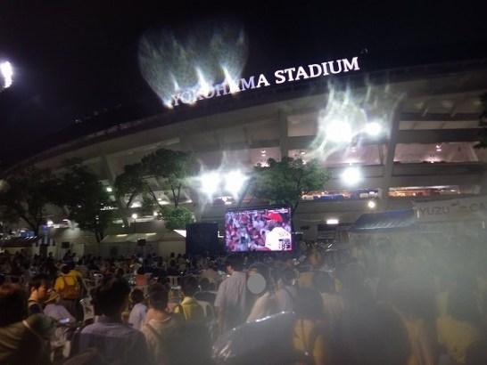横浜スタジアム外の野外スクリーン