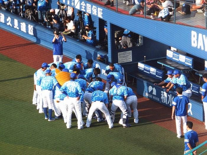 スターナイトのユニホームを着てプレー:円陣:横浜DeNAベイスターズ
