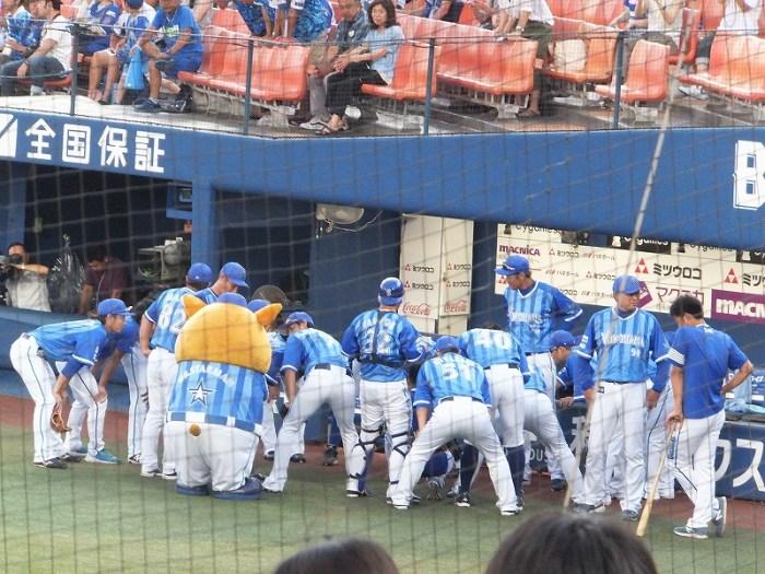 横浜DeNAベイスターズ:試合前の円陣:ベンチ前