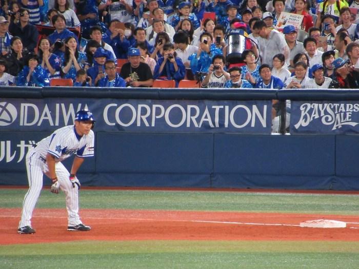 ヒットで出塁リードをとる三浦大輔:ハマの番長引退試合
