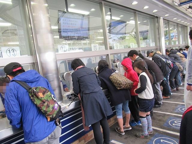 6月チケット発売日当日・横浜スタジアムのスロープ前チケット売り場列6