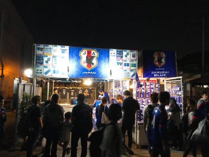 小机駅の外にもサッカー日本代表のグッズが売っていた