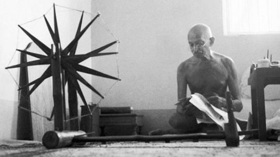 दुनिया की 100 सबसे अधिक प्रभावी फोटो में बापू का चरखा भी - picture of  mahatma gandhi with his charkha is among the 100 most influential images of  all time by time magazine - AajTak