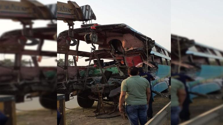 8 dead 24 injured as bus crashes into truck on Yamuna