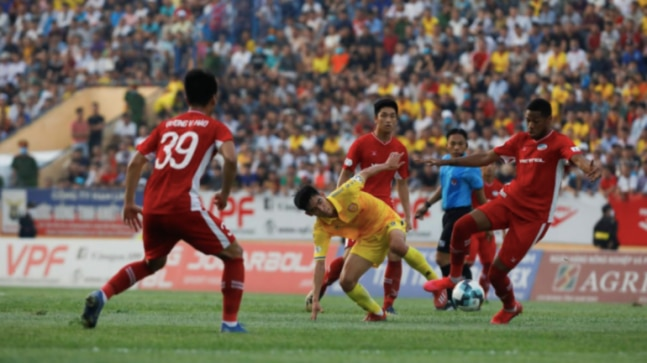 Fans flood football stadium as top-flight football restarts in Vietnam without social distancing