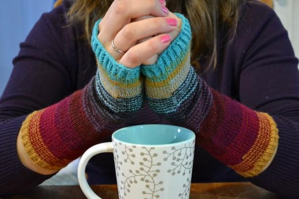 Scrunchy Ombre Arm Warmers #knitting #stashbusters www.aknitica.com