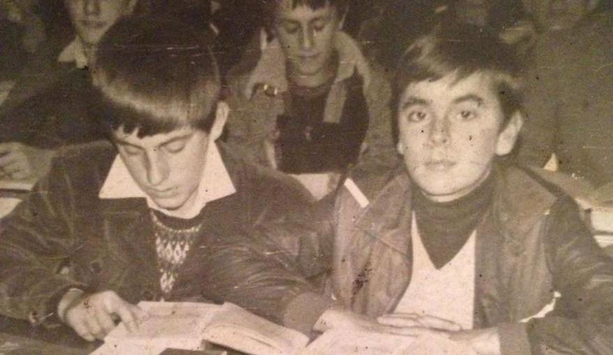 Osman Softić (desno) u prvom razredu Gazi Husref-begove medrese u Sarajevu [Al Jazeera]