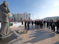 Položeno cvijeće na spomenik žrtvama genocida u Parku prijateljstva na Dobrinji