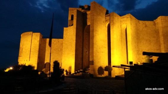 Mauzoleum Skanderbega w nocy