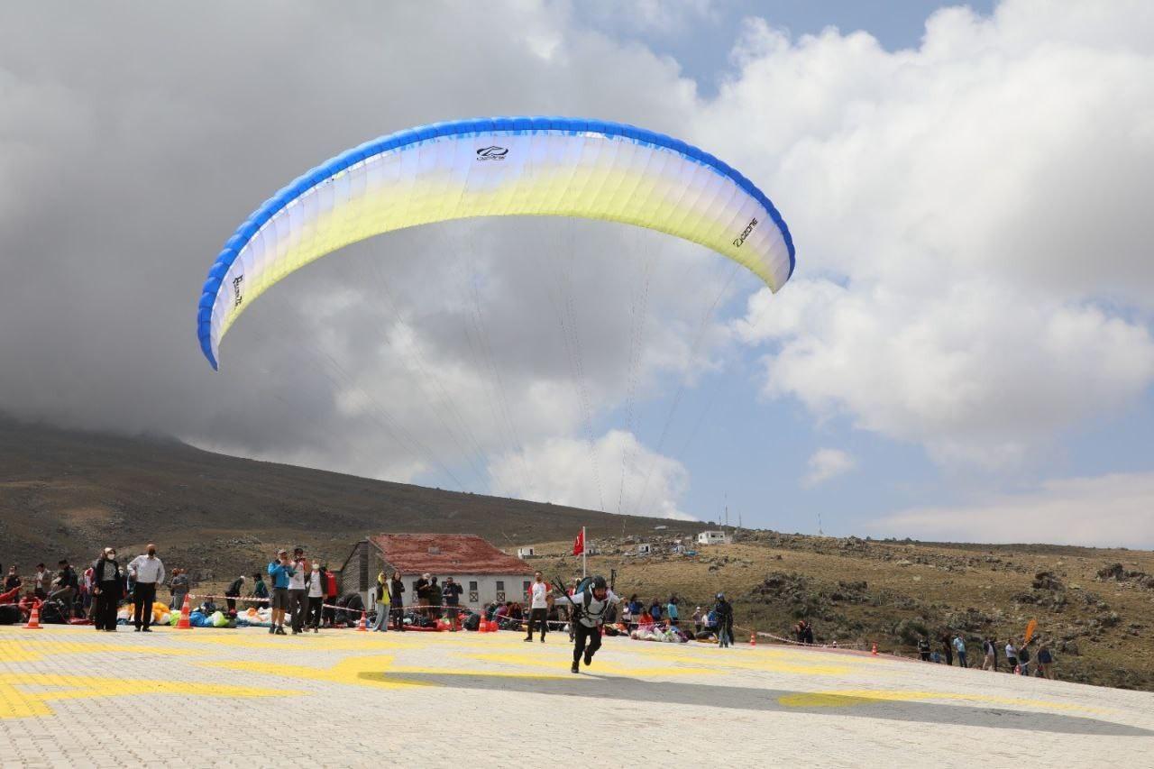 Hasandağı rengarenk paraşütlere ev sahipliği yaptı