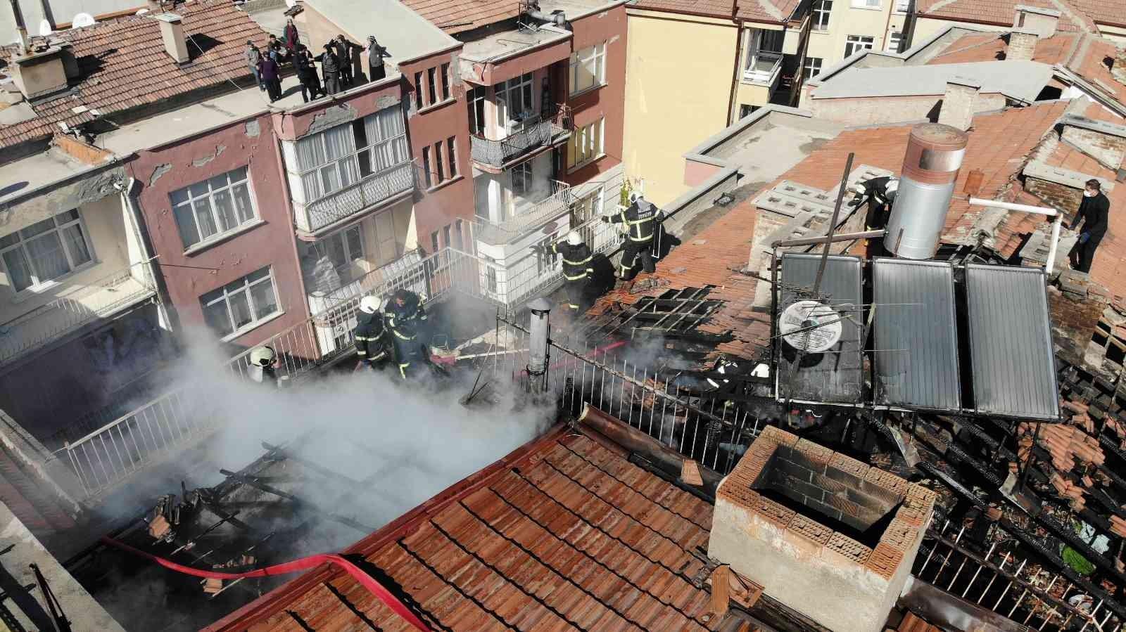 Aksaray'da yanan çatı kül oldu