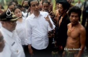 Presiden Jokowi saat mengunjungi Suku Anak Dalam di Kabupaten Sarolangun.