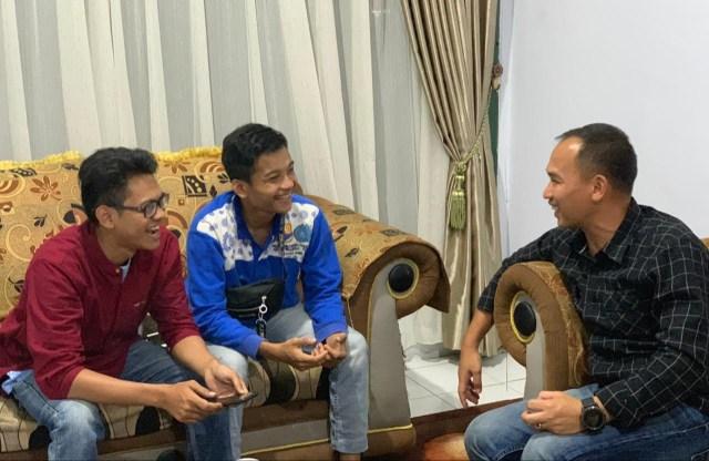 FOTO: Dandim 0415/Batanghari Letkol Inf Widi Rahman saat berbincang dengan dua wartawan yang ditugaskan di lokasi TMMD.