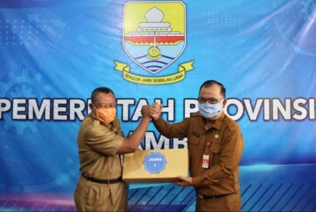 Kepala Dinas Kominfo Provinsi Jambi, Ir. Nurachmat Herlambang, MMAmenyerahkan hadiah kepada juara pertamapada Selasa, 27 Oktober 2020.
