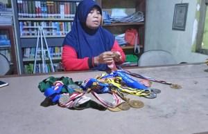 Saat Leni memperlihatkan medali yang sudah ia raih sewaktu masih menjadi atlet.
