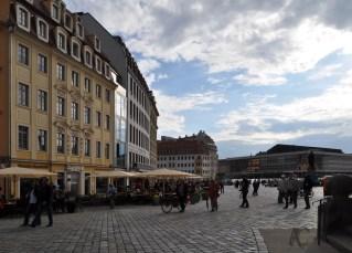 Im linken Bildabschnitt der gläserne Bereich, dahinter befindet sich das Restaurant Dresden 1900.