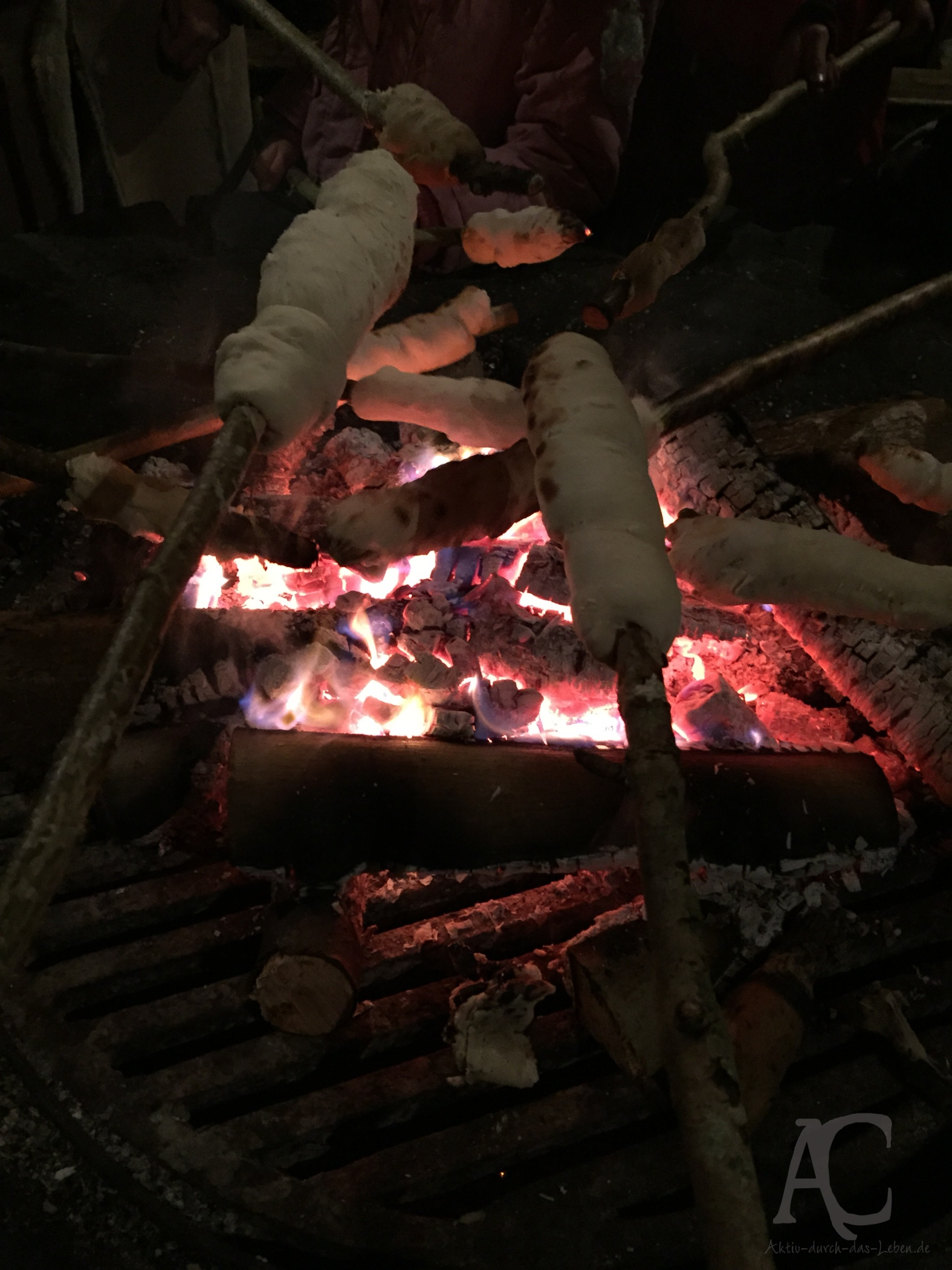 Abends Stockbrot am Lagerfeuer