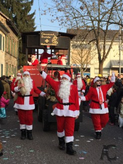 Und der Verein der vereinigten Vereinslosen kein e.V. kam mit der Gewerkschaft der deutschen Weihnachtsmänner...
