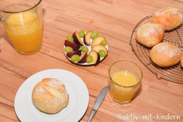 Wochenendfrühstück mit frischen Brötchen und leckerem Obst