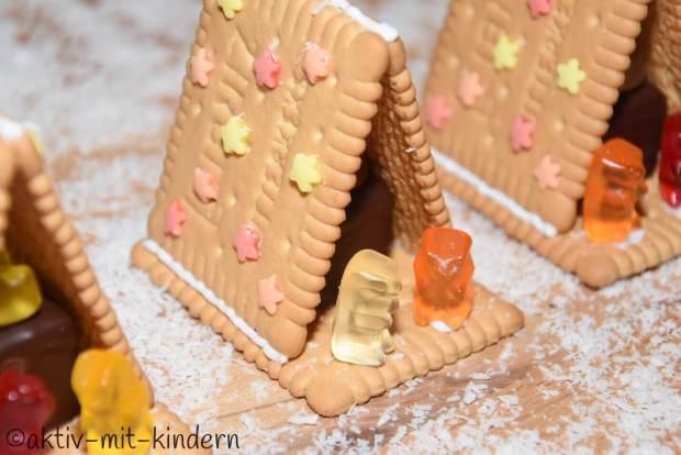 Weihnachtskrippe aus Butterkeksen und Gummibärchen