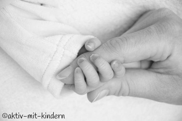 Außerklinische Geburt - Babyhände