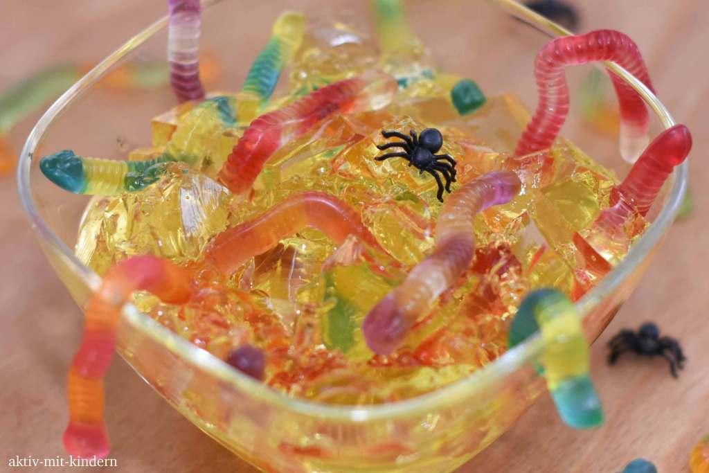 Götterspeise mit Fruchtgummi-Würmern als kreative Idee für Halloween