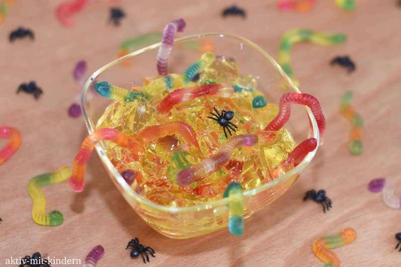 Dessert für Halloween: Schneckenschleim mit Würmern