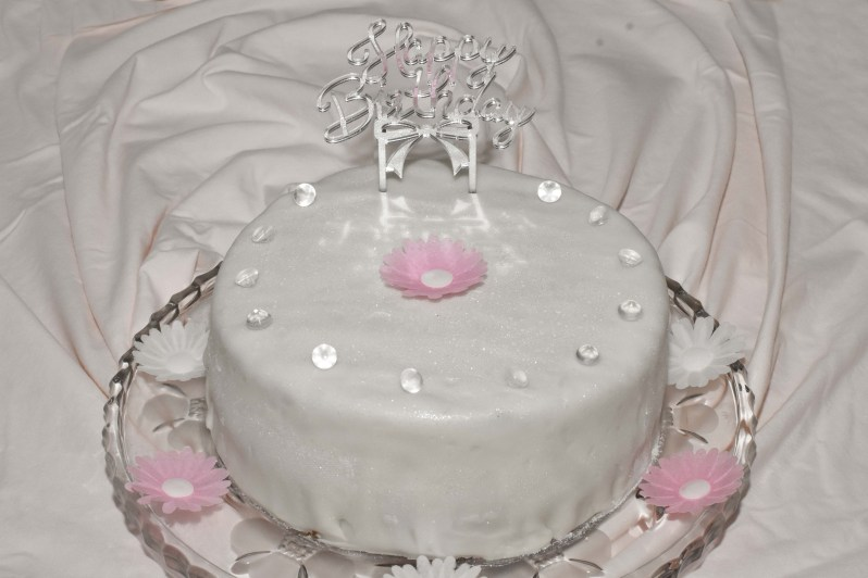 Velvet Cake als Geburtstagstorte mit Verzierung