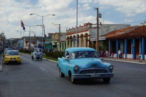 Μπλε αμάξι στο Pinar del Rio