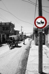 σήματα στο δρόμο στην Κούβα από την άλλη εποχή