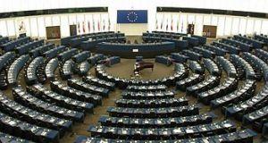 """Ruang debat Parlemen Eropa atau """"hemicycle"""", di Strasbourg"""