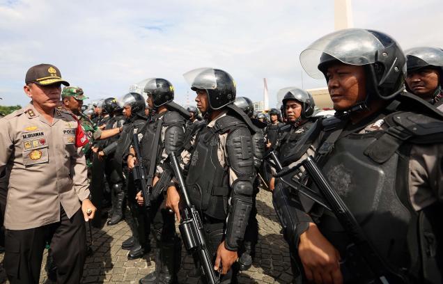 Kapolda Metra Jaya Irjen Pol Mochamad Iriawan memantau persiapan pasukan saat apel gelar pasukan pengamanan aksi bela Islam jilid III (212) di Monas, Jakarta, Kamis (1/12/2016). Sebanyak 3.539 aparat gabungan dikerahkan untuk mengamankan aksi 212 yang diisi dengan kegiatan zikir dan doa. AKTUAL/Munzir