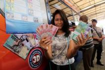 Warga memperlihatkan uang rupiah baru di pusat perbelanjaan Blok M Square, Jakarta Selatan, Senin (19/12). BI mengeluarkan satuseri uang Rupiah Tahun Emisi (TE) 2016 yang terdiri dari 7 (tujuh) pecahan uang Rupiah Kertas dan 4 (empat) pecahan uang Rupiah Logam dimana uang baru tersebut akandilengkapi dengan unsur pengamanan yang lebih kuat untuk menanggulangi peredaran uang palsu. AKTUAL/Tino Oktaviano