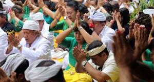 Umat Hindu menggelar ritual suci Tawur Kesanga jelang perasaan Nyepi di Pura Agung Wira Satya Buana, Jakarta, Senin (27/3). Kegiatan ritual tersebut digelar untuk menyucikan alam semesta beserta isinya dan meningkatkan hubungan dan keharmonisan antara sesama manusia, manusia dengan lingkungannya, serta manusia dengan Tuhan (Tri Hita Karana). AKTUAL/Tino Oktaviano