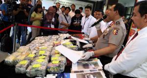 Petugas berhasil mengamankan lima orang dengan barang bukti berupa puluhan ribu butir psikotropika jenis happy five, 190.000 butir ekstasi di Jakarta, Senin (27/3/2017). Dan petugas juga berhasil mengamankan sepucuk senapan AK 47, sepucuk revolver, serta ratusan butir peluru. AKTUAL/Munzir