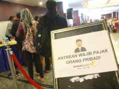 Wajib pajak mengantre sebelum dipanggil menuju bilik tax amnesty di Kantor Pusat Ditjen Pajak, Jakarta, Jumat (31/3). Untuk hari terakhir ini, Direktorat Jenderal Pajak (DJP) Kementerian Keuangan akan membuka pelayanan pengampunan pajak (tax amnesty) hingga pukul 24.00. AKTUAL/Tino Oktaviano