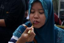 Sejumlah pengunjung car free day belajar cara membuat batik di kawasan Bunderan HI, Jakarta, Minggu (22/10/2017). Komunitas batik Pal Batu mengajak para pengunjung car free day untuk belajar membuat batik dan sekaligus menggalang dana dana untuk para anak yatim piatu. AKTUAL/Munzir