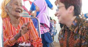 Corporate secretary PT Intiland Development Tbk, Theresia Rustandi (kanan) menyapa Ibu Turah warga Rambak, Pangkal Pinang yang menerima bantuan Bedah Rumah yang diprakarsai Real Estate Indonesia (REI) bekerjasama dengan Yayasan Intiland Teduh dalam rangka HUT REI ke 46, Jumat (13/4)